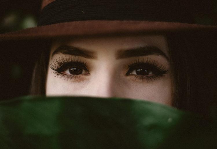 Естественные и неестественные причины выпадения ресниц