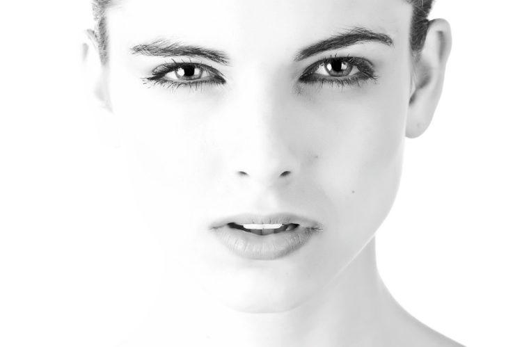 Женщина бежит в салон красоты, делает себе брови, ресницы, ногти, губы.